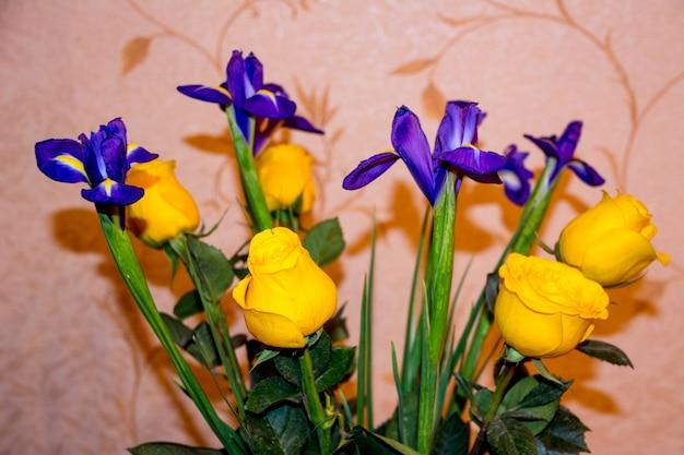 バラと菖蒲と生花の花束