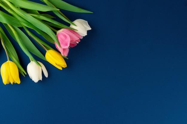 古典的な青色の背景、コピースペース、トップビューで新鮮な花