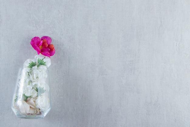 대리석 배경에 유리 꽃병에 신선한 꽃. 고품질 사진