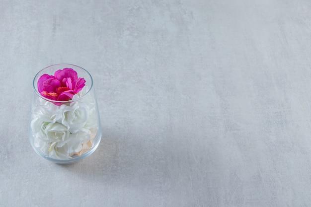 대리석 테이블에 유리 꽃병에 신선한 꽃.