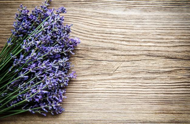 Букет свежих цветов лаванды на старой деревянной поверхности