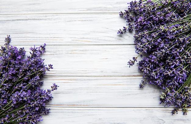 Букет свежих цветов лаванды на белой деревянной поверхности