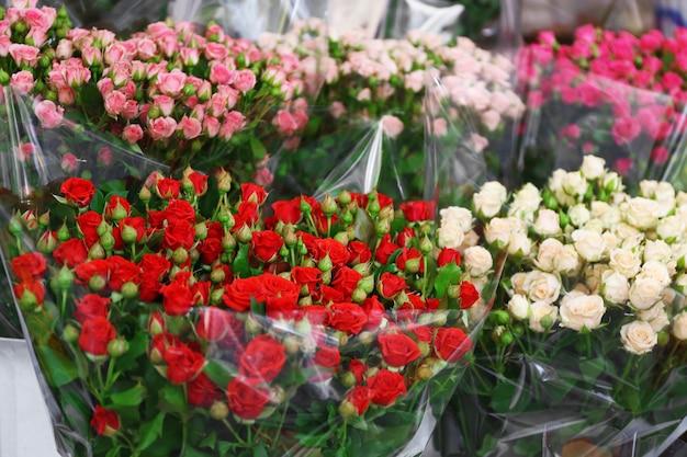 屋外に展示されている新鮮な花