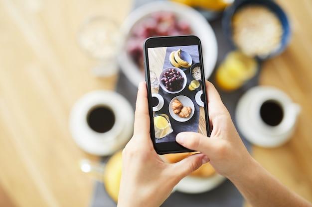 スマートフォンのタッチスクリーンで朝食に提供される生鮮食品とスナック