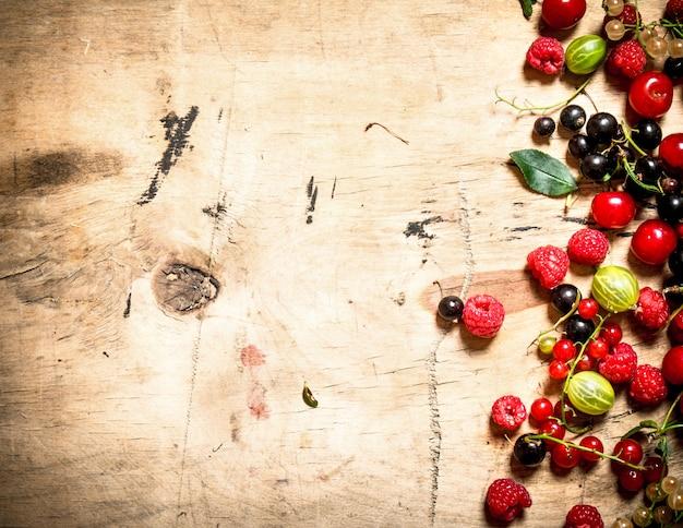 新鮮な森の果実。木製の背景に。
