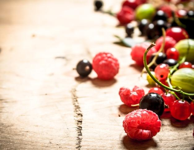 Свежие лесные ягоды. на деревянном столе.