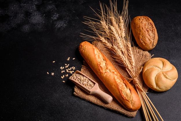 곡물과 콘을 가진 신선한 향기로운 빵