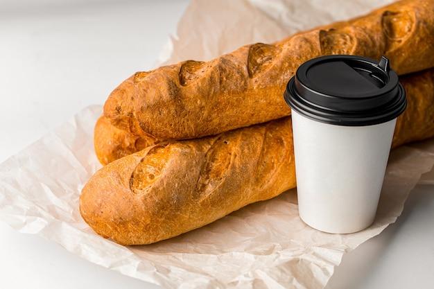Свежие французские багеты с чашкой кофе