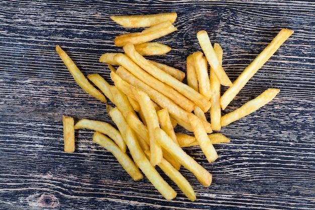 新鮮なフライドポテトは安価で便利なファーストフード、不健康な食べ物、天然のフライドポテトです