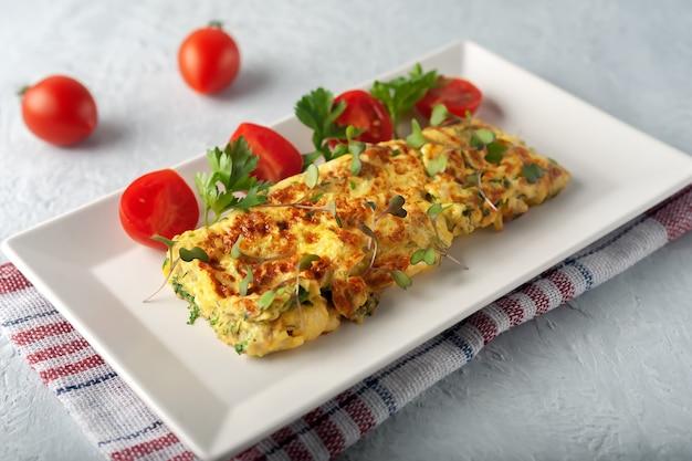 新鮮な野菜とベジタリアン料理の新鮮なフレンチ オムレツ