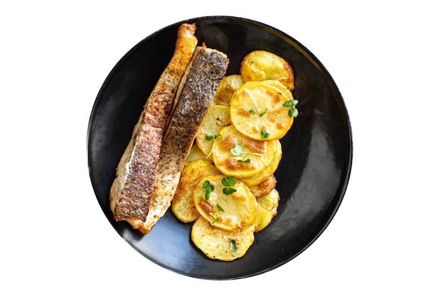 新鮮な魚のフライとジャガイモのスライスがシーフードオメガを飾る