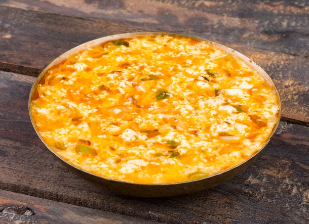 Fresh fried raita - это индийская творожная посуда на деревянном фоне