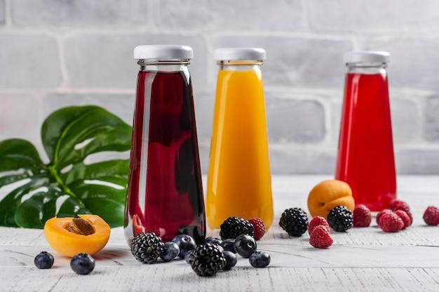 新鮮なフルーツジュースとベリージュース