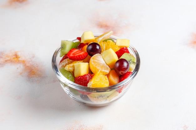 新鮮なフルーツとベリーのサラダ、健康的な食事。