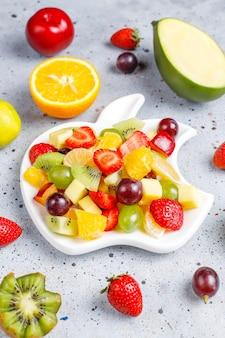 Салат из свежих фруктов и ягод, здоровое питание.