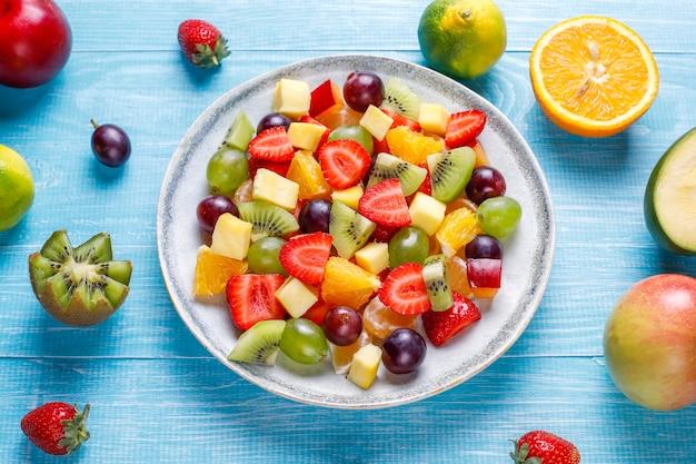 신선한 과일과 베리 샐러드, 건강한 식생활.