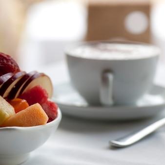 コスタリカのテーブルセッティングの新鮮なフルーツとカプチーノのカップ