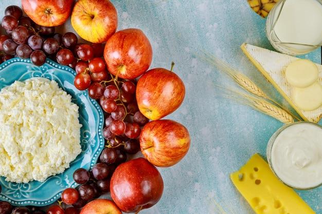 신선한 과일과 유제품 우유
