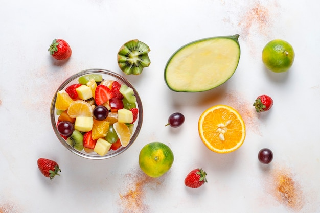 Frutta fresca e insalata di bacche, mangiare sano.