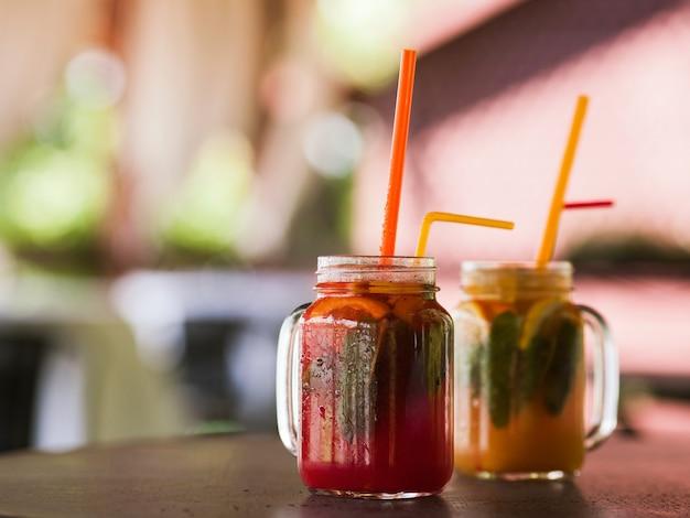 木製のテーブルの上のガラスの瓶に新鮮なフルーツカクテル。