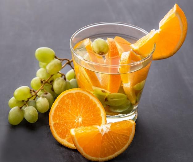 Свежие фрукты ароматизированная водная смесь со вкусом апельсина и винограда
