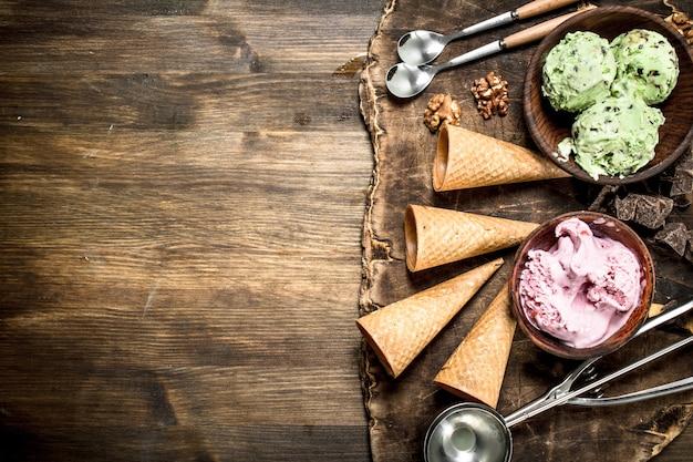 木製のテーブルにワッフルカップと新鮮なフルーツアイスクリーム