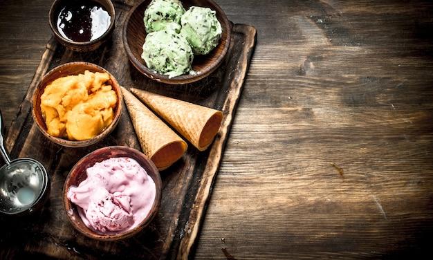 ワッフルカップのフレッシュフルーツアイスクリーム。