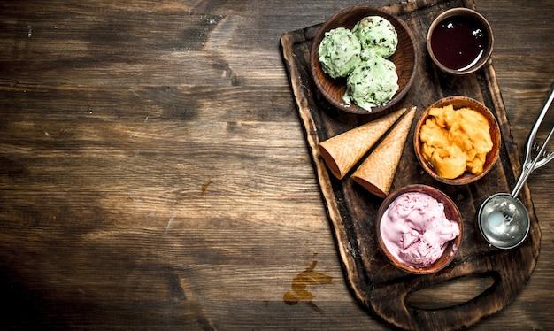 ワッフルカップ入りフレッシュフルーツアイスクリーム