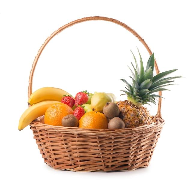 白い背景のバスケットに新鮮な果物