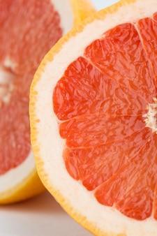 フレッシュフルーツオレンジメロウ熟したジューシーなハーフカットグレープフルーツのクローズアップ