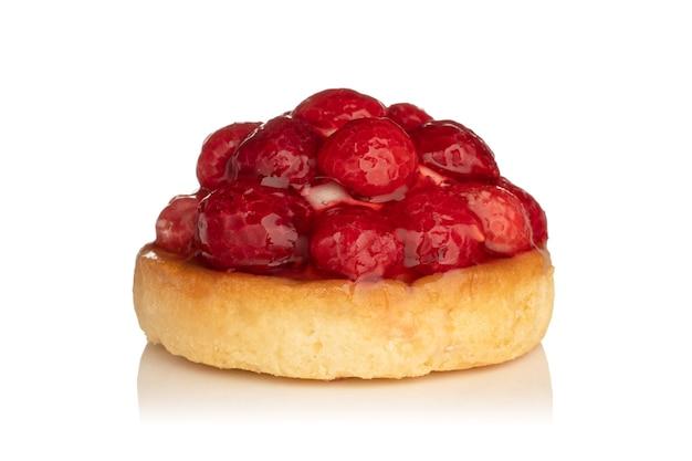 Пирог со свежими фруктами и малиной, изолированные на белом фоне