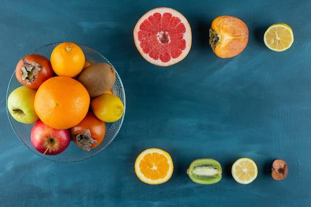 大理石のフレッシュフルーツサラダと様々な美味しいフルーツ。
