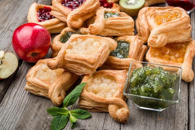 Пирог из свежих фруктов с вареньем ягод, мятой на деревянных фоне. пустыня. утренний здоровый завтрак и вечерний ужин.