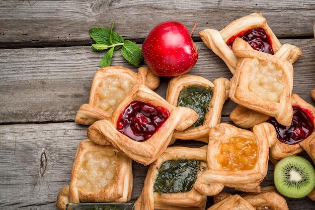 Пирог свежих фруктов с вареньем ягод, мятой на деревянном столе. пустыни.