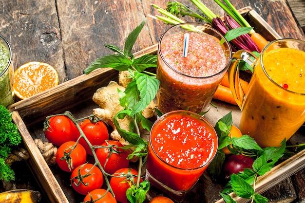 新鮮な果物、野菜、ベリーのスムージー。