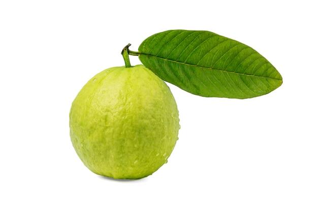 Свежие фрукты с зеленым листом