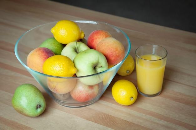 테이블에 신선한 과일과 주스 한 잔