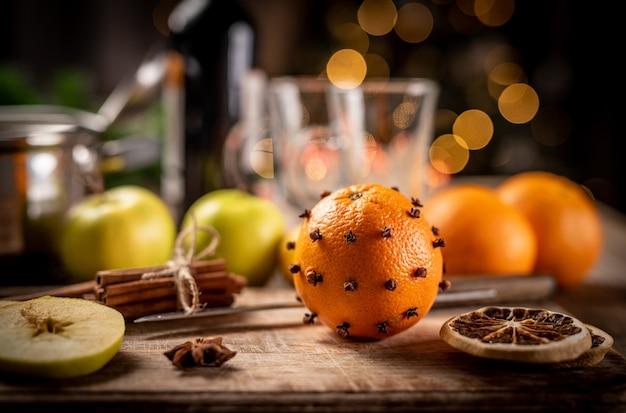 Mulled 뜨거운 와인 준비를 위한 신선한 과일과 향기로운 향신료