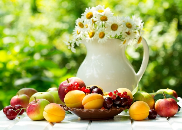 신선한 과일과 열매 나무 테이블에