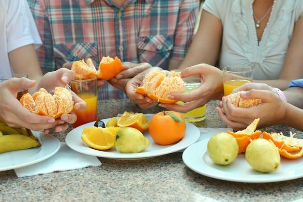 테이블에 신선한 과일과 손 클로즈업