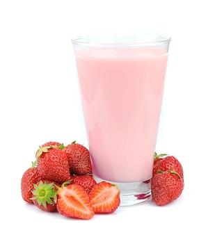 Свежие фрукты и смузи на белом