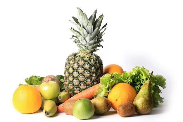 スムージーのために設定された白い背景に分離された健康的な食事のための新鮮な果物や野菜