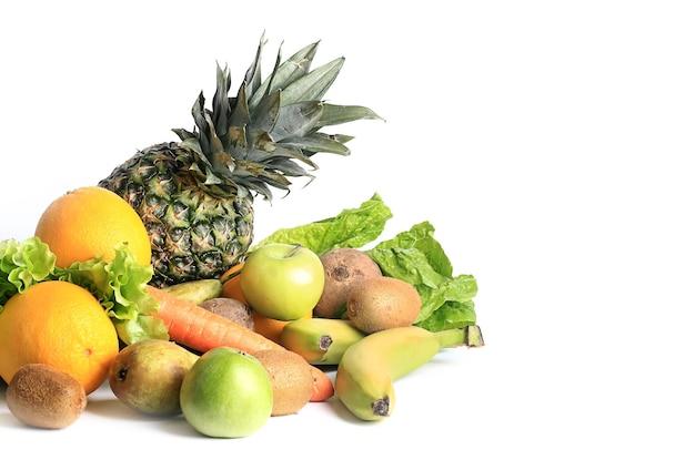 스무디용 흰색 배경에 격리된 건강한 식단을 위한 신선한 과일과 야채