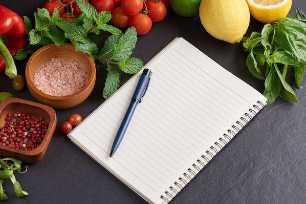 背景の新鮮な果物と野菜、健康的な、カラフルな果物と野菜を食べるためのさまざまな果物と野菜。