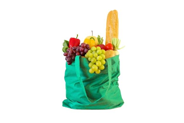 緑の再利用可能なショッピングバッグに分離された新鮮な果物や野菜の食料品