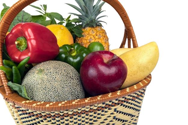 클리핑 패스와 함께 흰색 배경에 고립 된 바구니에 신선한 과일과 야채.