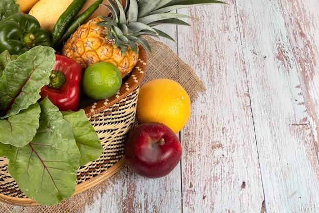 신선한 과일과 야채 바구니에 흰색 배경에 고립.