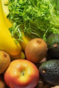 新鮮な果物と野菜のバスケット