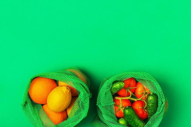 再利用可能なテキスタイルメッシュバッグに入った新鮮な果物と野菜、環境にやさしいショッピング、ゼロウェイストのコンセプト。