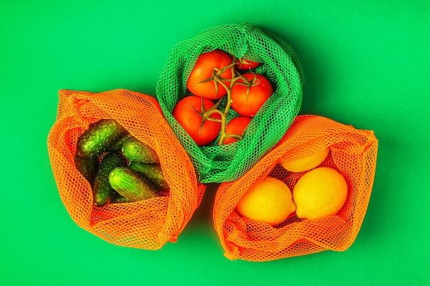 재사용 가능한 섬유 메쉬 백, 친환경 쇼핑, 제로 폐기물 개념의 신선한 과일과 야채.